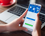 téléphone-tenu-dans-une-main-affichant-facebooks-ads