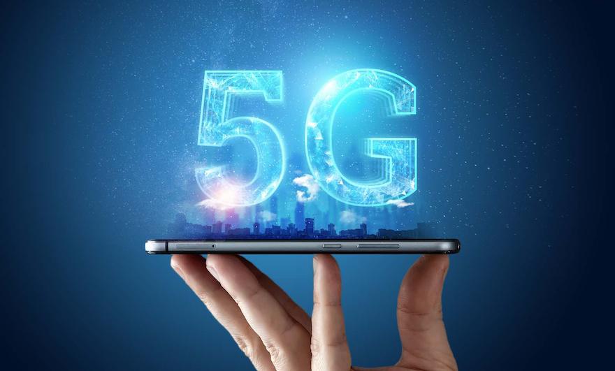 téléphone-posé-sur-une-main-symbolisant-la-technologie-5g