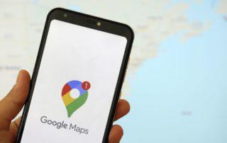 téléphone-tenu-dans-une-main-affichant-l'application-google-maps