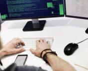 développeur-web-travaillant-devant-son-écran-d'ordinateur